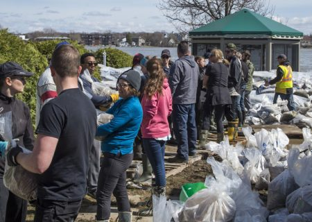 تلاش داوطلبان برای جلوگیری از پیشروی سیل در کبک