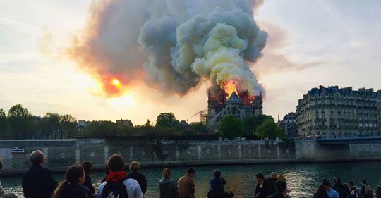کلیسای نوتردام پاریس در آتش سوخت