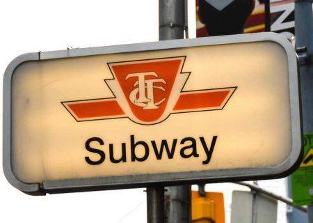 علائم راهنمایی دو زبانه در تورنتو