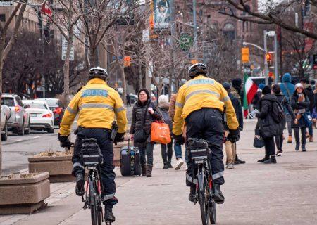 گشت پلیس برای اعمال فاصله اجتماعی در تورنتو