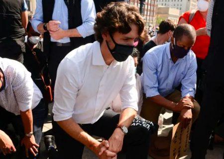 ترودو در تجمع مخالفان نژاد پرستی زانو زد