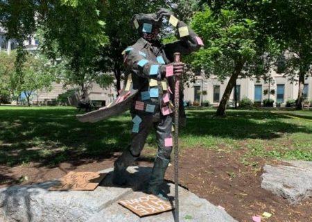 تلاش دانشجويان مكگيل براي برداشتن مجسمه بنيانگذار دانشگاه