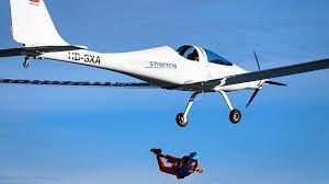 ویدیو: نخستین پرش از يك هواپیمای خورشیدی