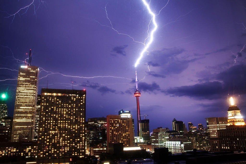 لحظه تماشايي برخورد صاعقه به برج CN