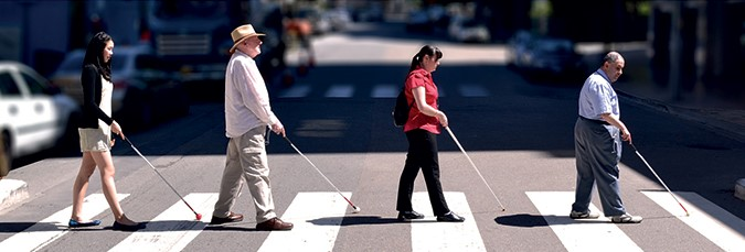 نابینایان با عصای سفید در حال عبور از خط عابر پیاده