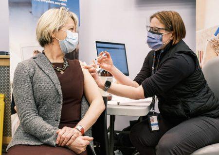 پزشک ارشد بریتیش کلمبیا واکسن زد