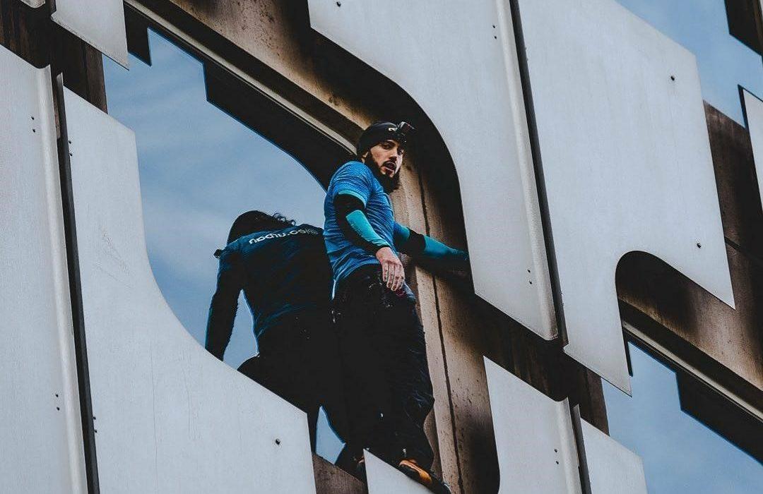 مردی بدون هیچ وسیله محافظی از برج مونپارناس بالا رفت