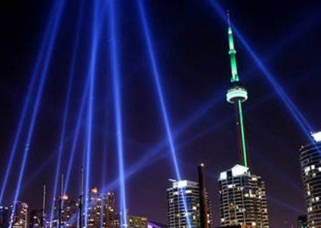 برج CN در شب سال نو نورافشان میشود