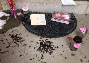 مستاجران معترض سوسک هدیه میدهند