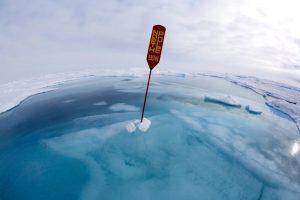 یک تابلوی راهنما، قطب شمال را نشان میدهد