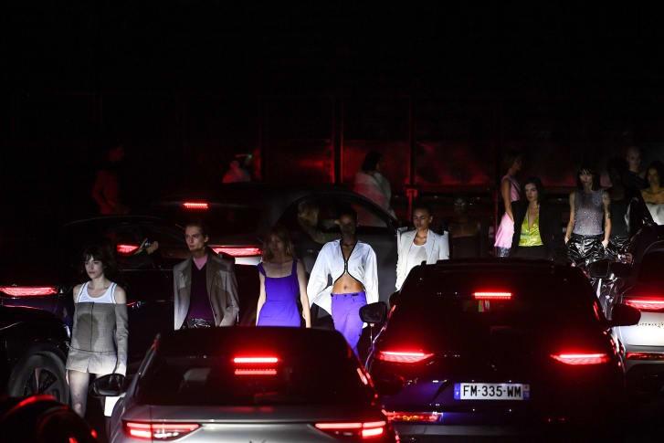 هفته مد پاریس در میان انبوه ماشینها برگزار شد