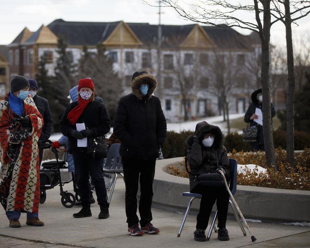 صف طولانی واکسن کرونا در تورنتو