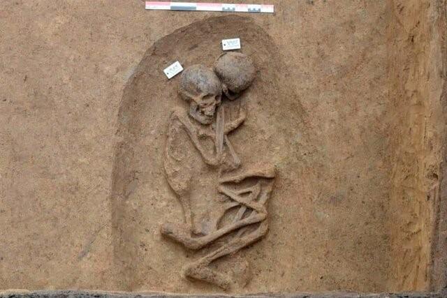 کشف گورهای بیضی شکل متعلق به مصر باستان