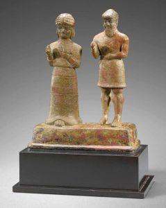 دو چهره - متعلق به سال های ۱۱۰۰ تا ۱۵۰۰ قبل از میلاد- زن و مرد دست خود را به نشانه نیایش بلند کردند