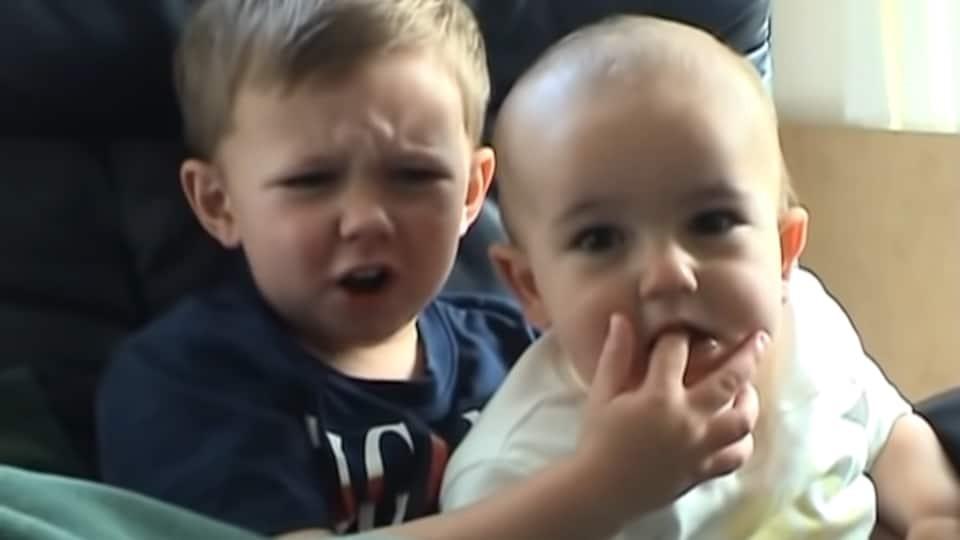 ویدئوی چارلی انگشتم رو گاز گرفت! در حراجی به فروش رفت