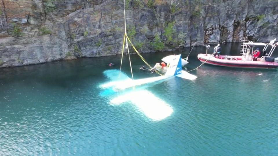 فرود هواپیمای بازنشسته در اعماق آب