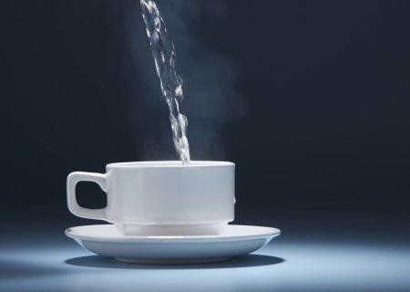 ۶ مزیت نوشیدن آب گرم با معده خالی