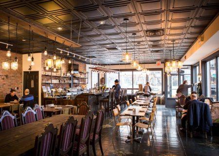 پذیرایی رستوران Oakwood Hardware از مهمانان واکسینه نشده در فضای باز