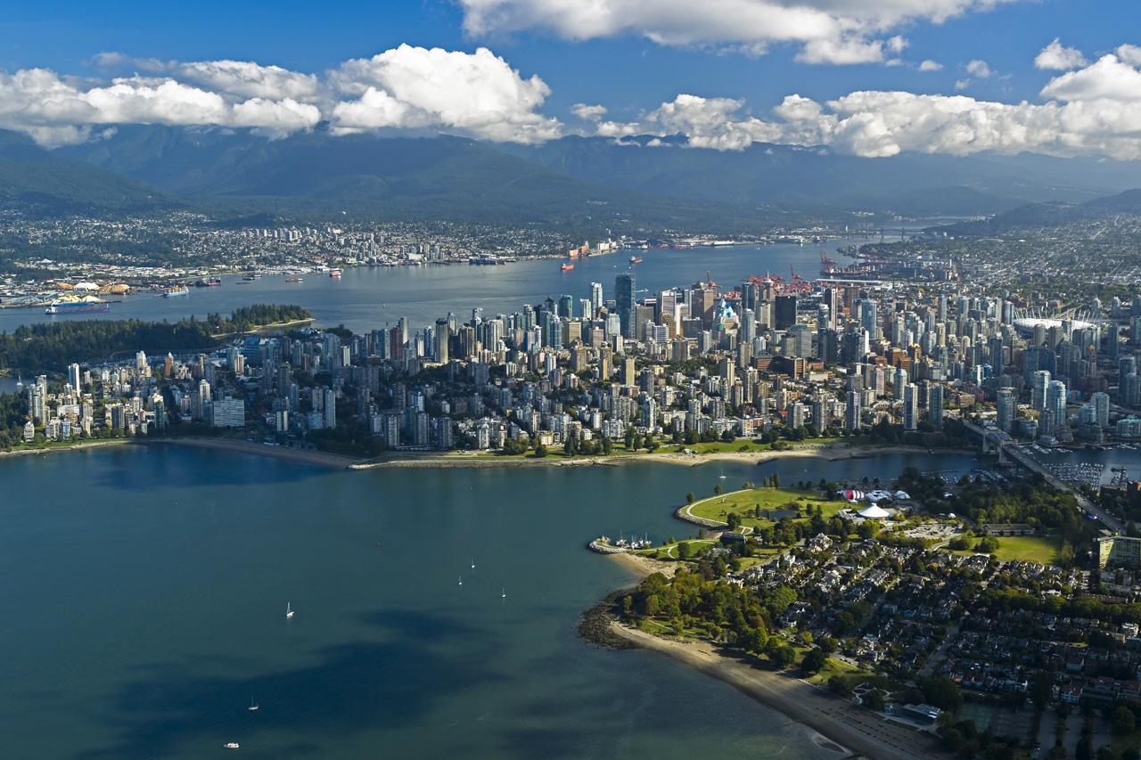 پرواز نمایشی بر فراز ونکوور به پاس خدمات کادر درمان