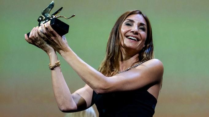 یک زن لبنانی شیر طلایی را برد